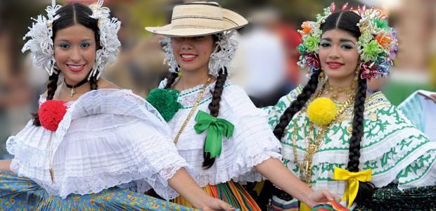 Lors de la feria del Café au Panama, trois ravissantes jeunes filles font tournoyer leur pollera, robe traditionnelle.