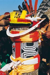 Tronc décoré pour le Kuarup, cérémonie des funérailles en Amazonie
